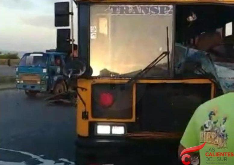Muere hombre al chocar vehículo con autobús en Las Américas