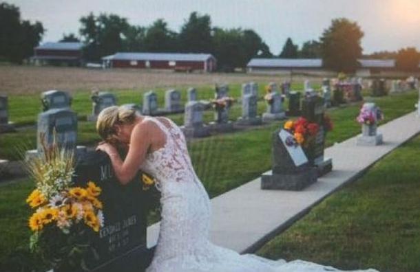 La desgarradora historia de la novia abrazada a una tumba que es viral en la web