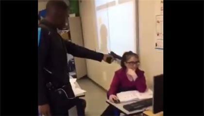 Un alumno amenaza con pistola a una maestra para que le ponga presente