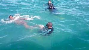 hombre se lanzaa al mar