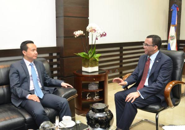 Ministro de Educación recibe visita de embajador chino para definir agenda de trabajo}