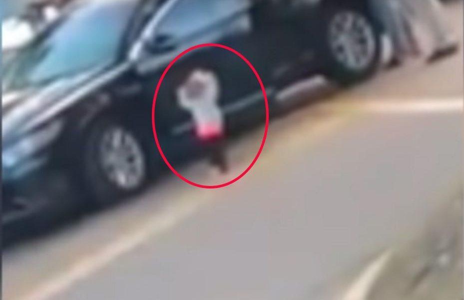 Video muestra a niña de dos años con brazos en alto mientras arrestan a sus padres