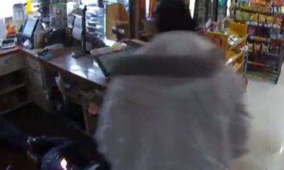 Ladrón amarra y prende en fuego a clienta en medio de robo en bodega