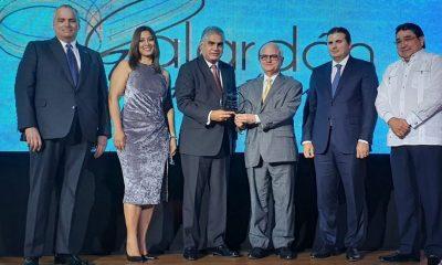 1.-El-viceministro-de-Turismo-Fausto-Fernández-en-el-momento-de-recibir-galardón-de-Adompretur-1024x550