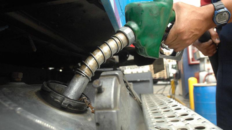 Precios de los combustibles bajan entre RD$2.20 y RD$6.00