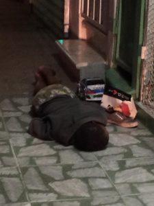 Niño dormido en calle