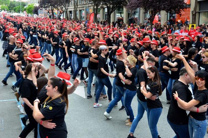 mil-personas-bailan-bachata-en-localidad-espanola-y-baten-el-record-guinness