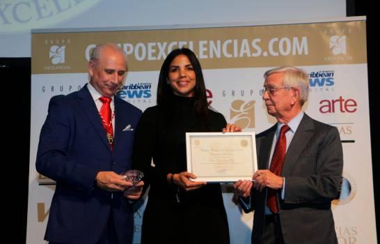 chfe-tita-recibe-el-premio-de-manos-de-sr-jose-carlos-de-santiago-presidente-de-grupo-excelencias-izq-y-d-rafael-anson-presidente-de-la-real-academia-de-gastronomia-espanola-13120979-20200129125557