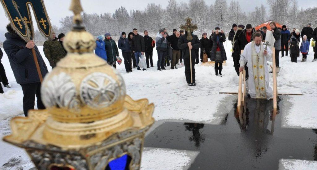 dos-millones-de-ortodoxos-rusos-se-zambullen-en-aguas-heladas-1024x550