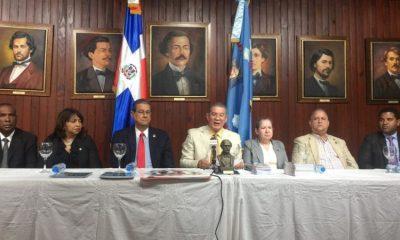 Foto-1-En-el-centro-Wilson-Gómez-y-otros-directivos-del-Instituto-Duartiano-en-el-encuentro.-800x450