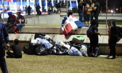 -5e4e768e1c2b8--5e4e768e1c2b9Muestra de civismo antes de marcharse, manifestantes recogieron la basura en la Plaza de la Bandera.jpg