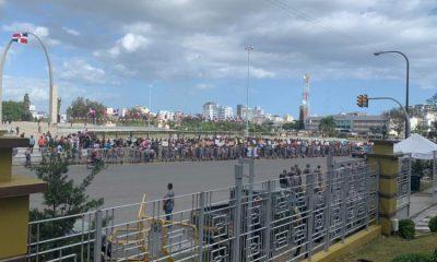 Hoy hay más jóvenes que ayer en protesta frente a JCE; también hay más policías