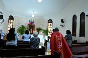 barahona-sacerdote-llora-al-ver-la-catedral-casi-vacia-en-misa-del-domingo-de-ramos