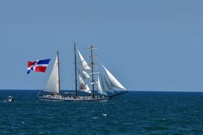 buque-escuela-de-la-armada-despliega-bandera-dominicana-en-solidaridad-ante-crisis-coronavirus