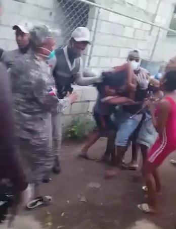 Lío Policía y Comunitarios