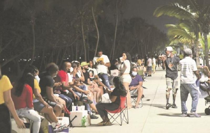 Despiden el confinamiento con fiestas en las calles de la capital
